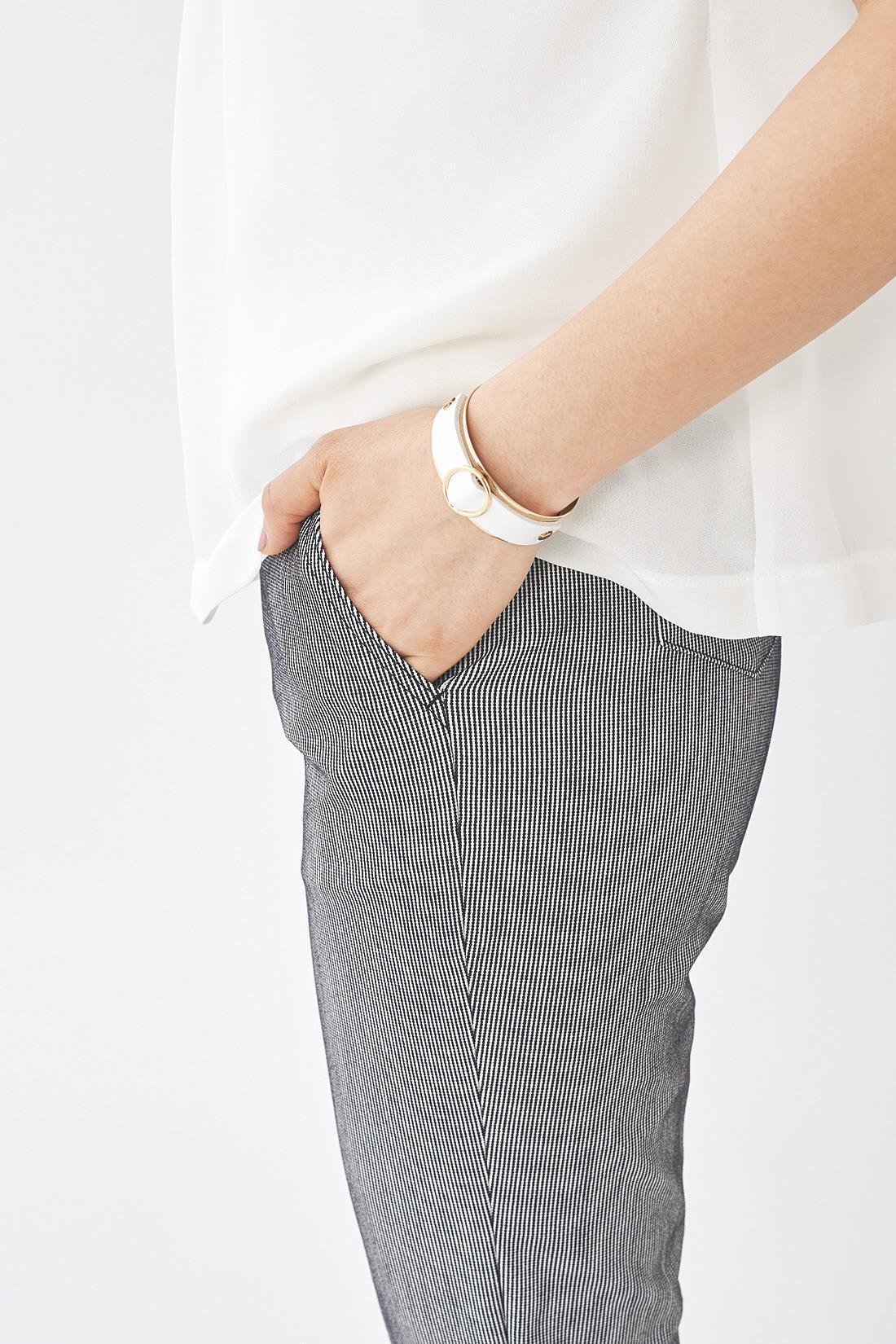 わきポケット付きなので、リップなどを入れるのに便利。 ※お届けするカラーとは異なります。