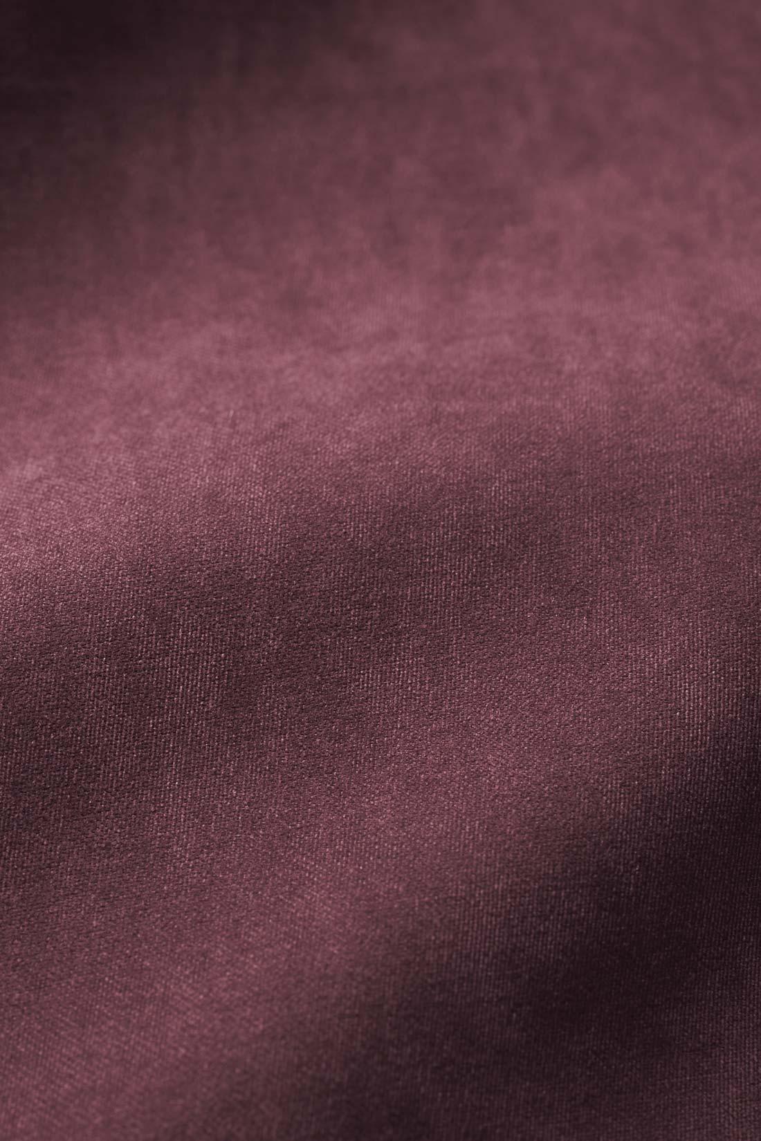 マットな質感の表ピーチ起毛。やわらかくてドレープがきれいな素材。