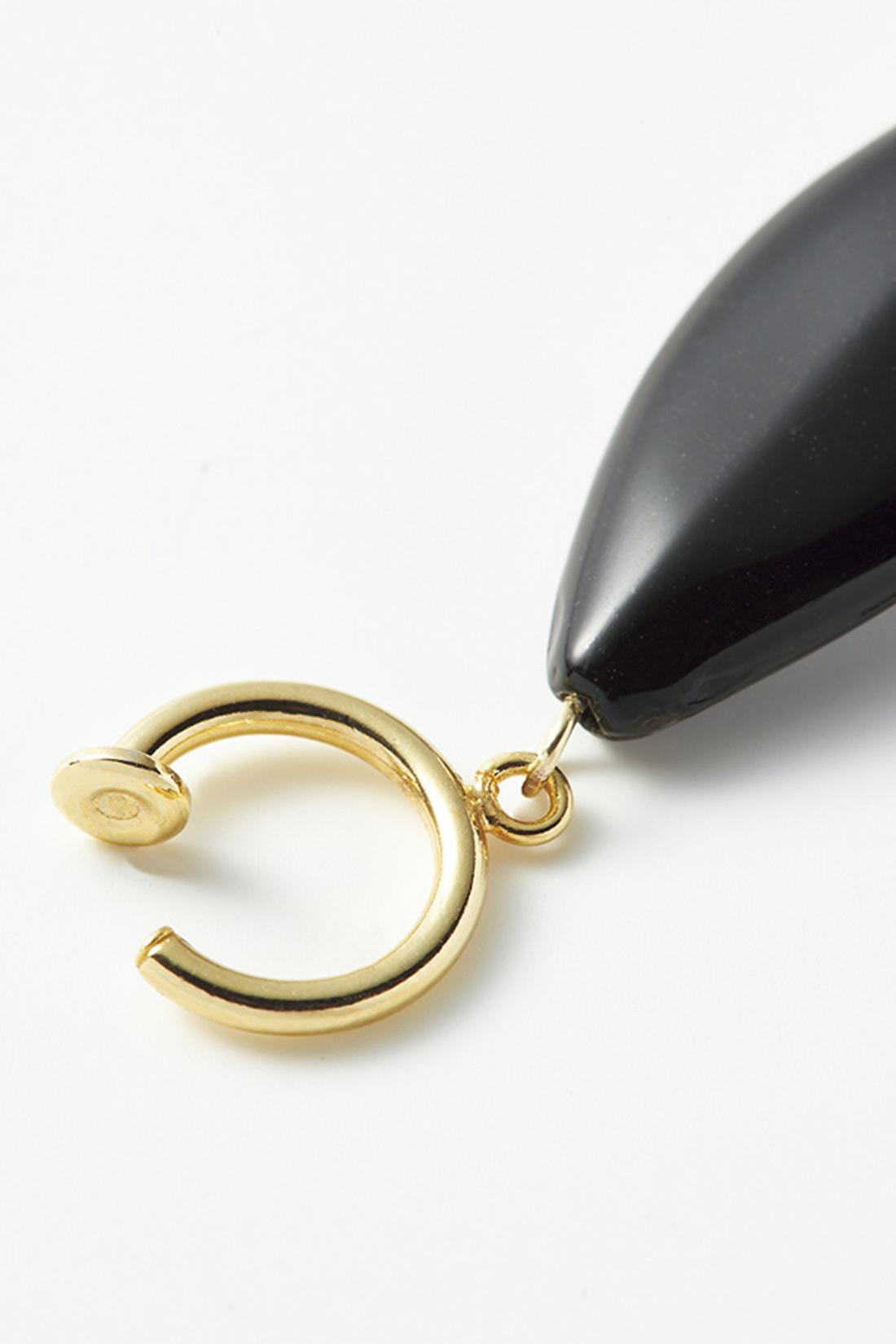 ピアスのように見える、軽くて繊細なイヤリングパーツを採用。