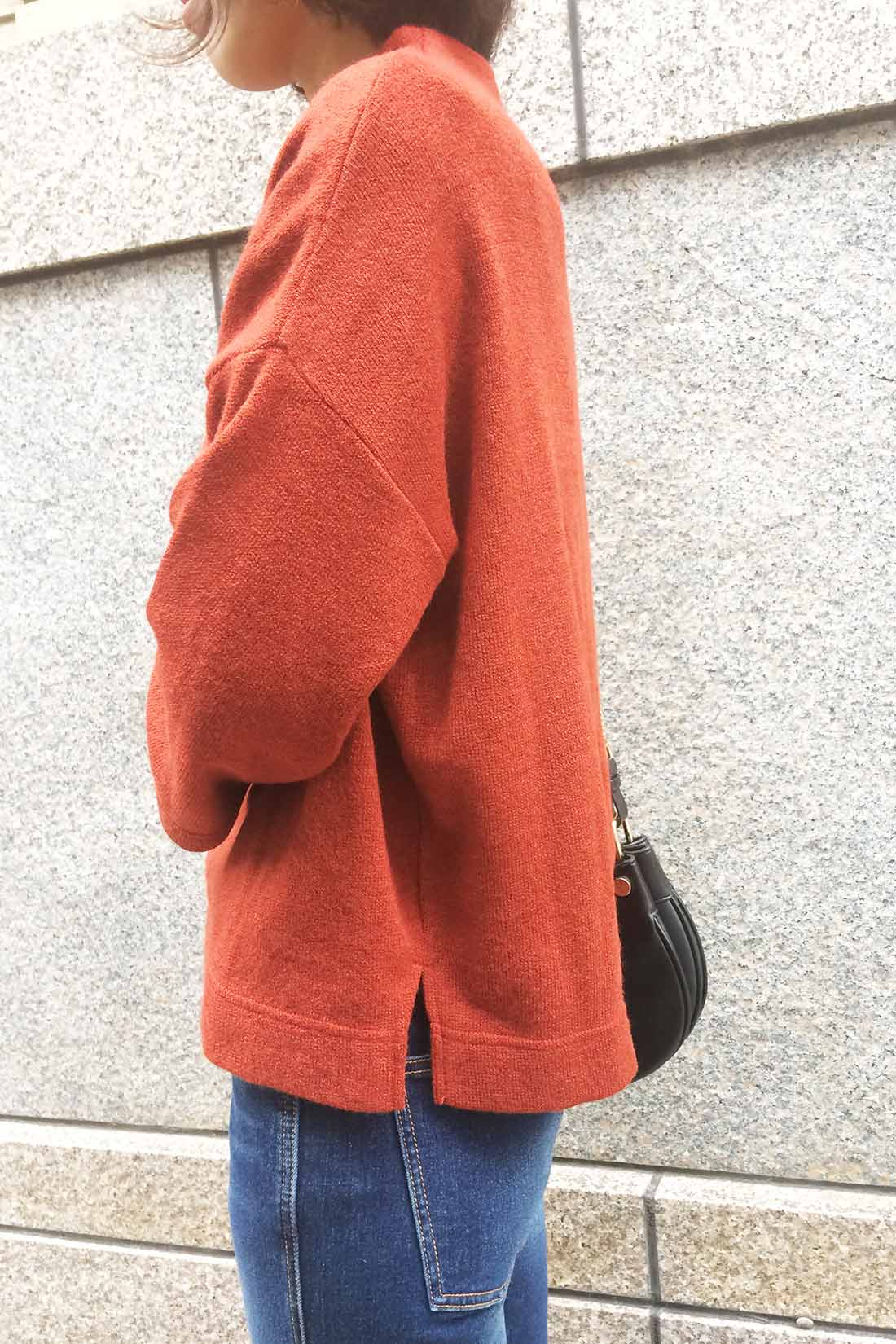 サイドのスリットやドロップショルダーでより今年らしい雰囲気に。 スタッフ着用 身長:166㎝ 着用サイズ:M
