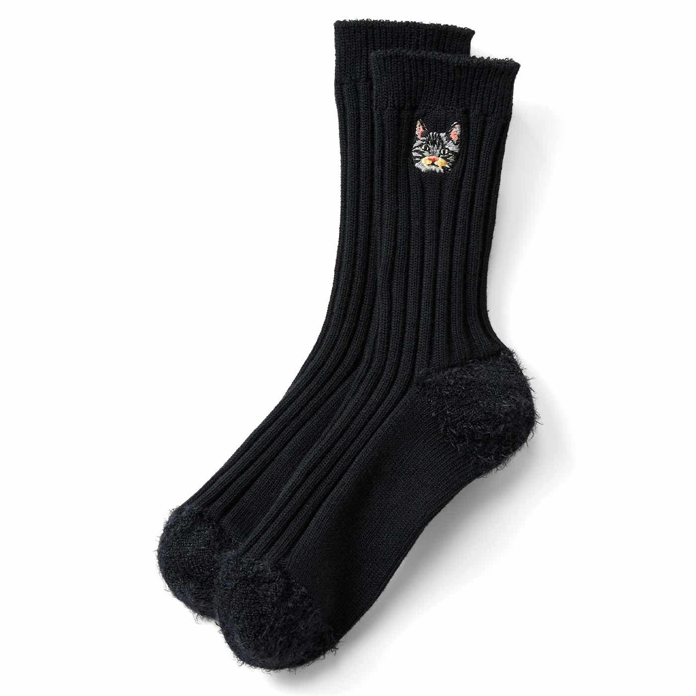 IEDIT[イディット] 宮田聡子さんコラボ ワンポイント猫刺しゅうの異素材切り替え靴下〈ブラック〉