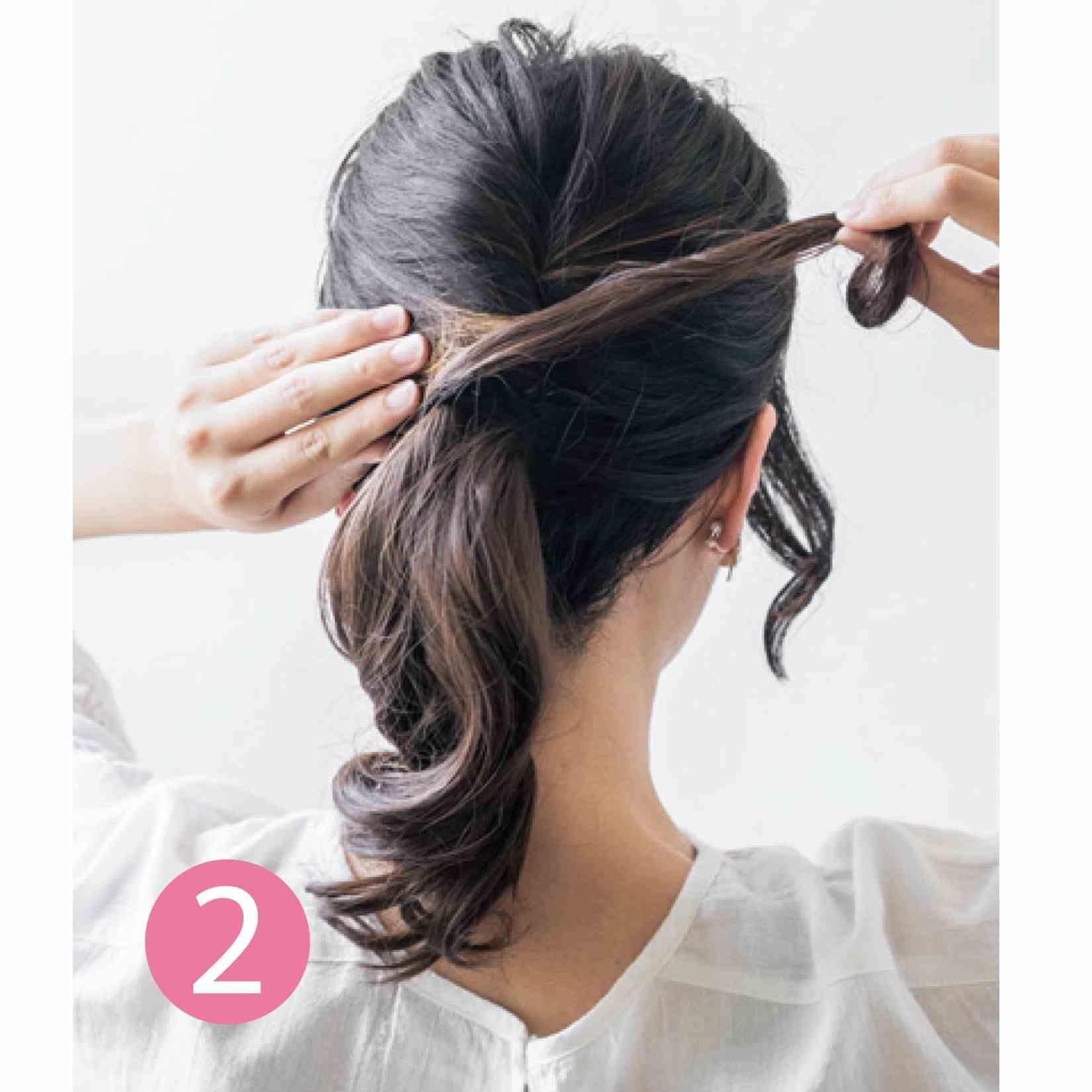 大人リラックスポニーテール how to use 地毛の根もとにウィッグのサイド毛を巻き付け、ヘアピンで固定します。