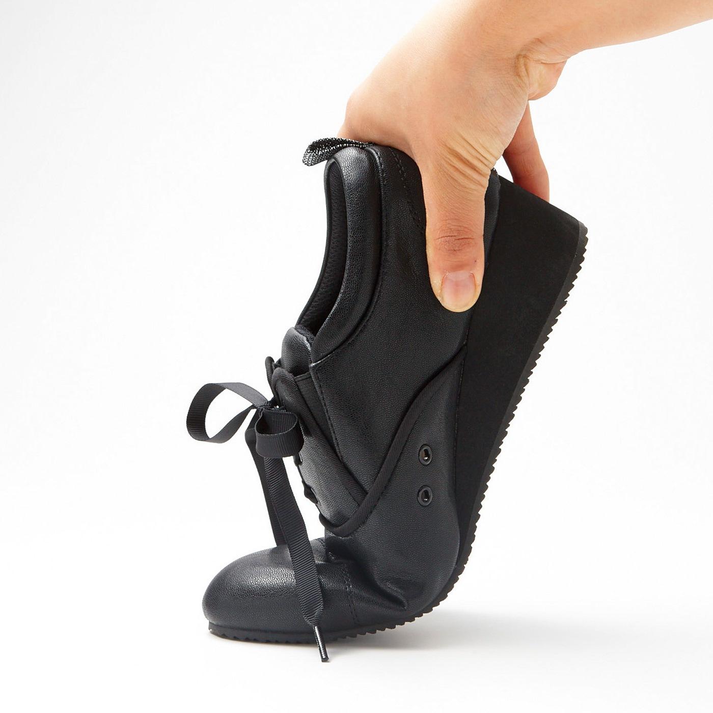 (1)屈曲性 歩きやすさの秘けつ 屈曲性があって歩きやすく、約4cmヒールでも安定感抜群。