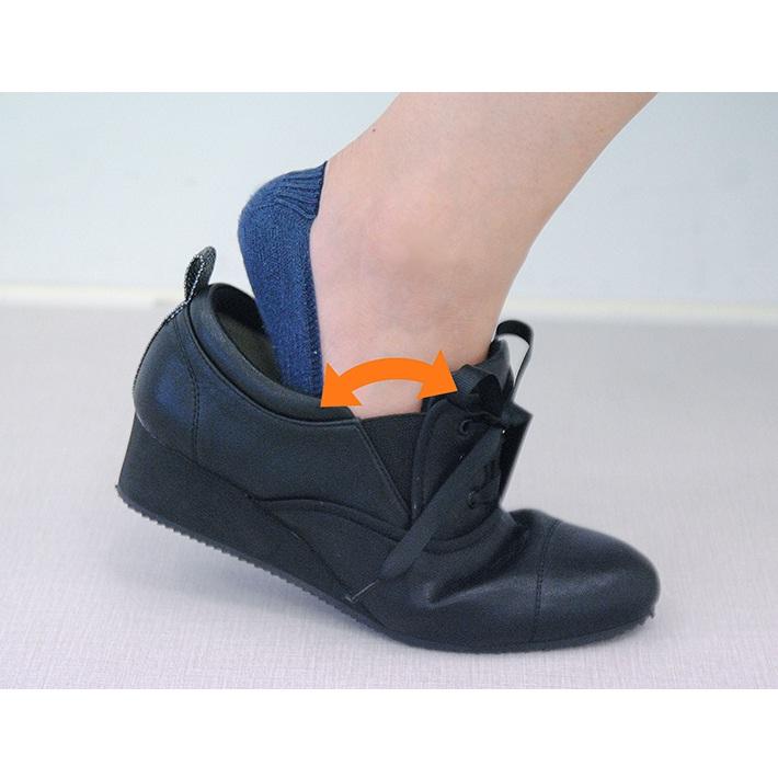 伸びるサイドゴムで靴ひもは結んだまま脱ぎ履きがらくちん。