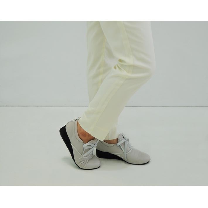 脚長に見える、うれしいウェッジソールも、屈曲性抜群で歩きやすい。