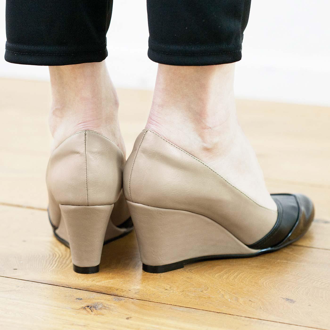 後ろ姿も美しいくびれのあるソール。履き心地と美脚見せの両方をかなえます。 ※お届けするカラーとは異なります。