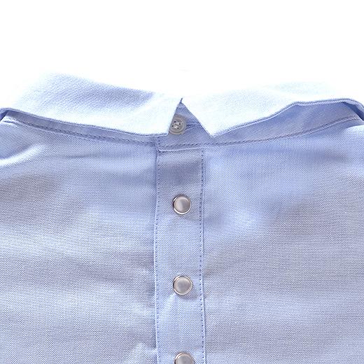 台形のカタチをキープする四穴ボタンと着脱に便利なドットボタン。