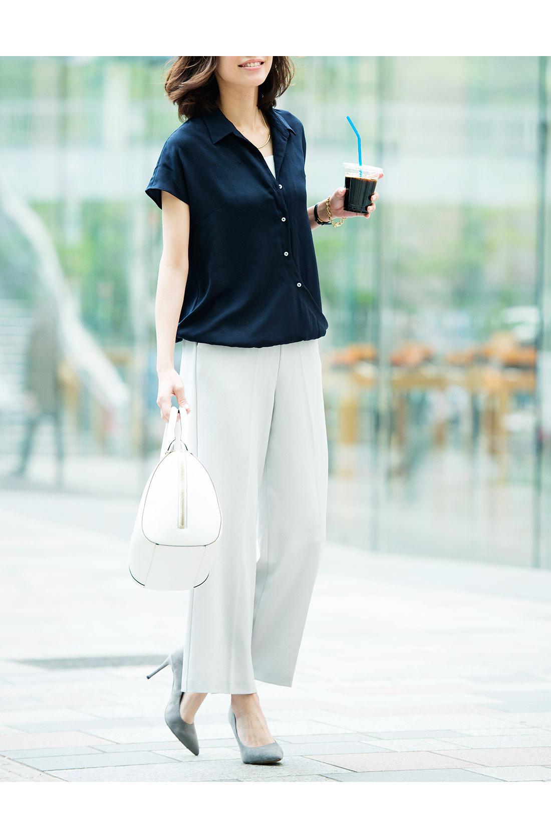 トレンドのワイドパンツを、上質感と大人っぽさで通勤もOKに格上げした夏のマストアイテム。