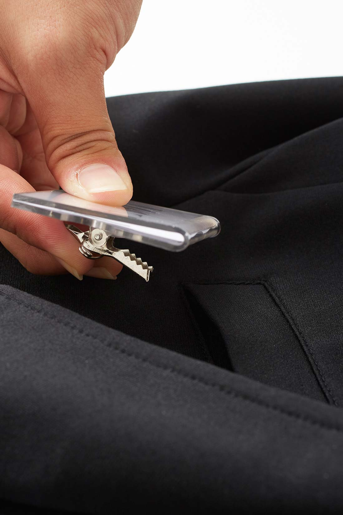 名札がはさめるダミーポケット 胸もとはすっきりさせたいのでダミーポケット仕様。でも社員証や名札をはさめる実用性はきちんとキープ。
