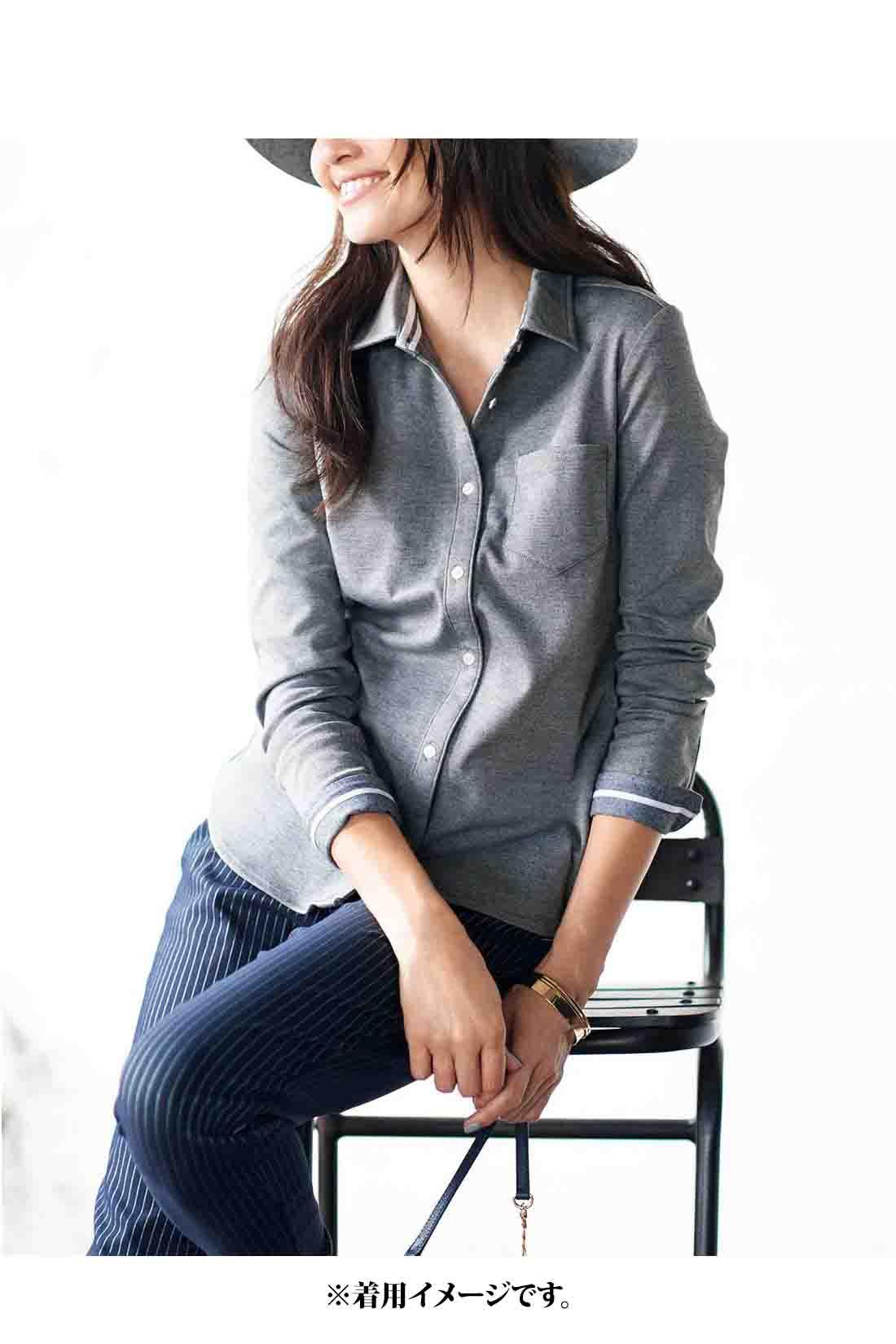 気軽に袖を通せるやわらかくこなれ感漂うシャツ仕立て。ボタンを開けて着ることまで計算ずくのデザインだから、ハンサムなパンツスタイルでも女っぽい。