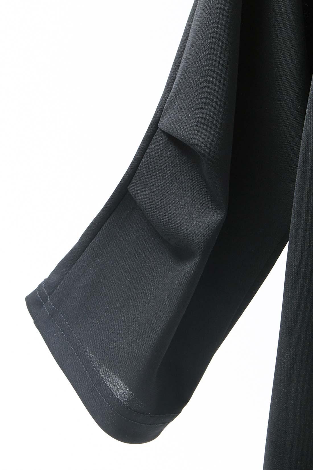 立体感のある袖のタックデザイン。
