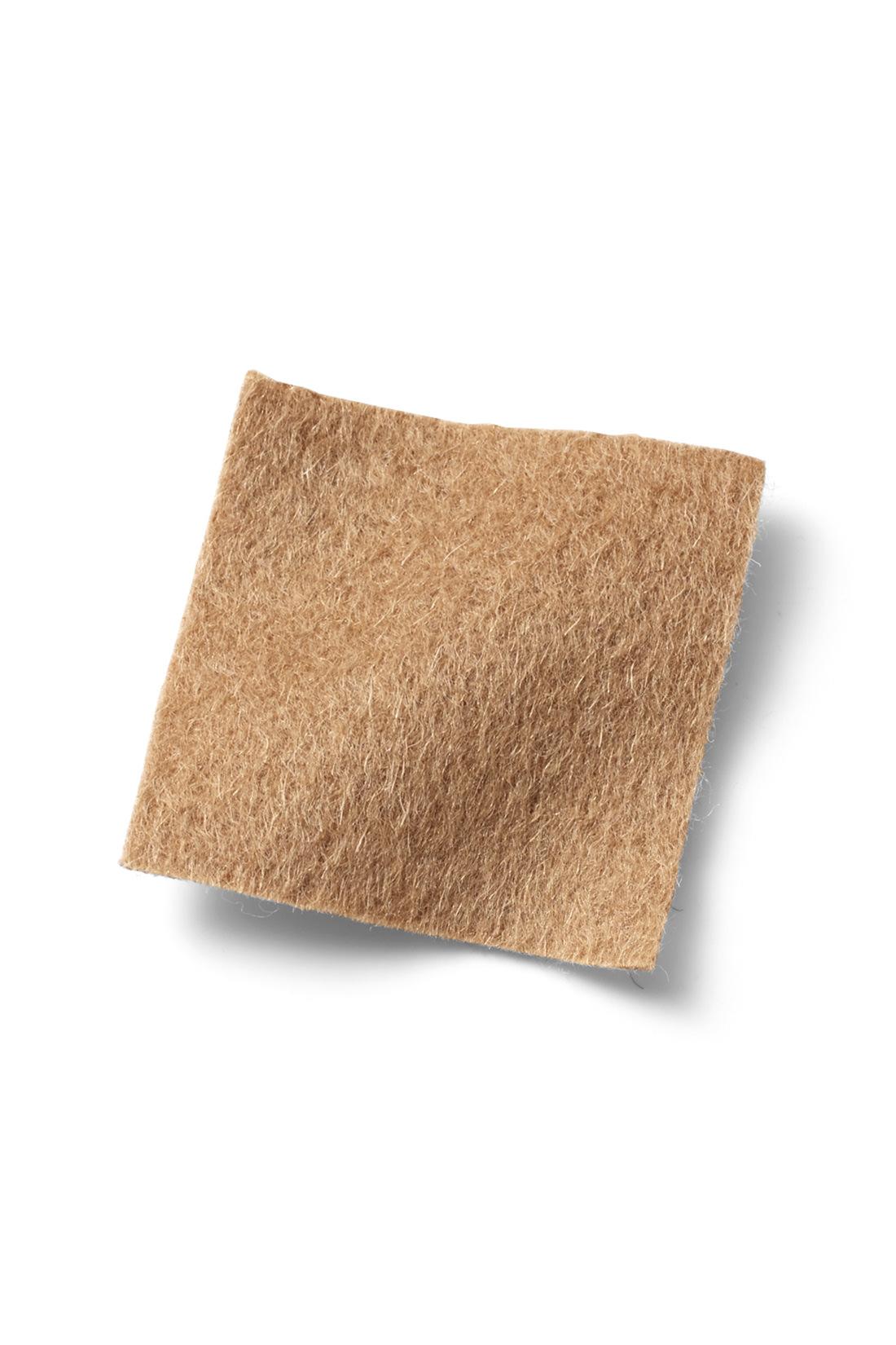 ほどよい厚みのメルトン素材 表面感が上品で、長いシーズン着まわしやすい、厚みもライトなメルトン素材を使用。裏地付きなので一枚でも安心。