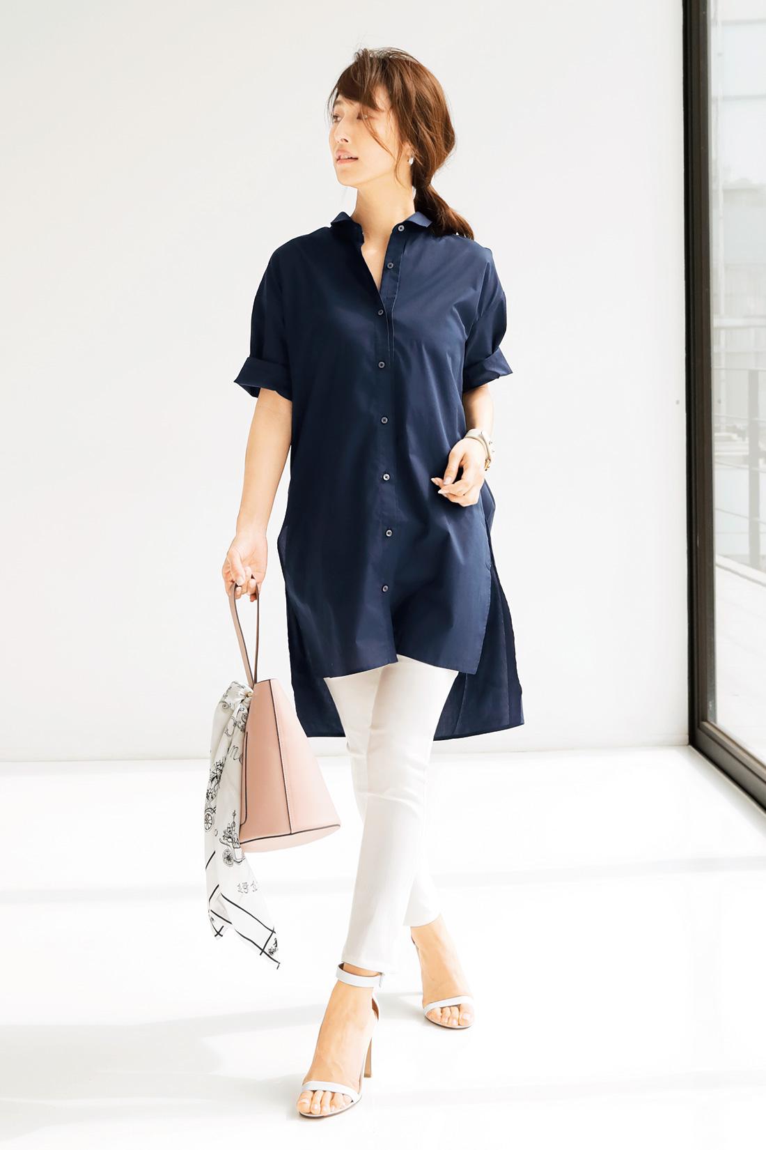 ただ着るだけで絵になるロングシャツ×レギンスパンツの最強コーデ。細く長いシルエットも、絶妙な抜け感で涼しくさわやかな印象。