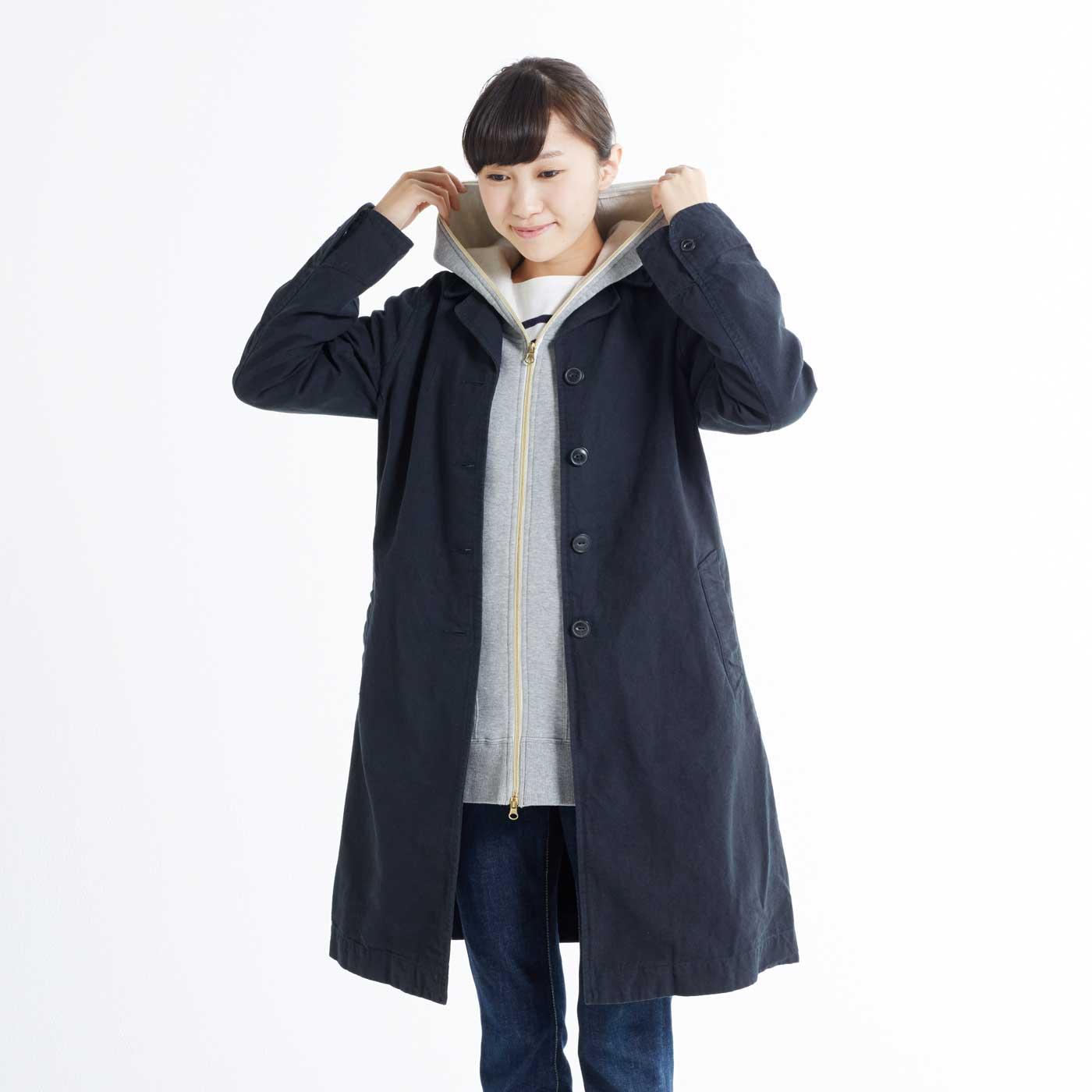 立体パターンのすっきりシルエットは、コートの下でももたつかず、快適。