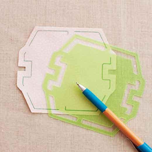 テンプレートで布に印を付け、布をカットします。