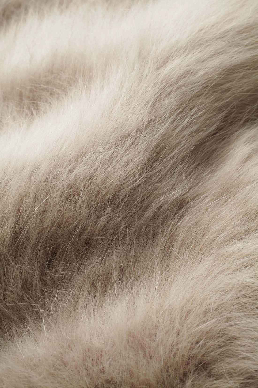やわらかく上品な肌ざわり シャギー感たっぷりでふわふわな、アンゴラ混。見ためにも高級感があり、軽量で保温性にもすぐれた冬にぴったりの素材。 ※お届けするカラーとは異なります。