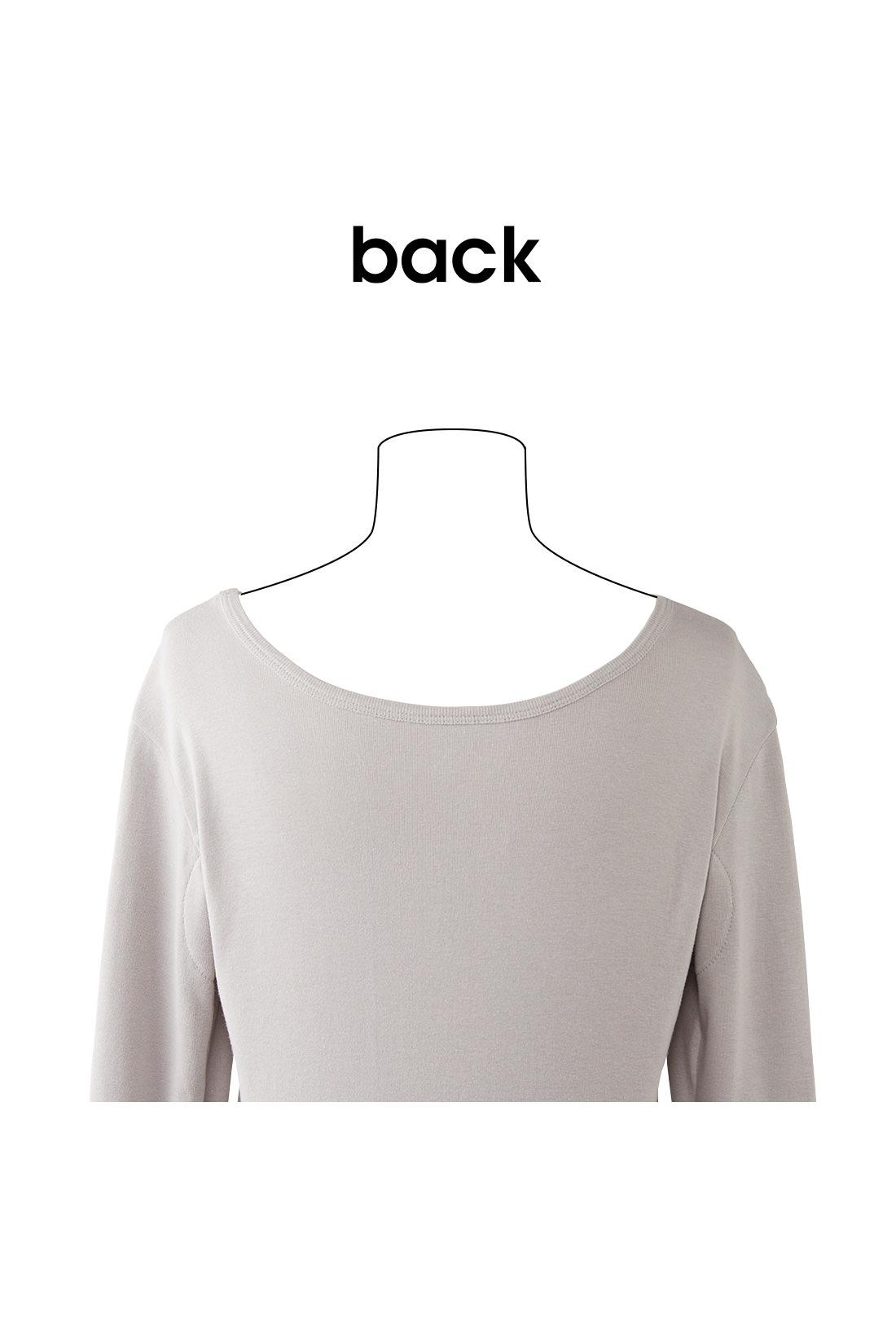 ぐんと広い首まわりで着こなし安心 前だけでなく、後ろにもぐんと広いネックライン。 ※お届けするカラーとは異なります。