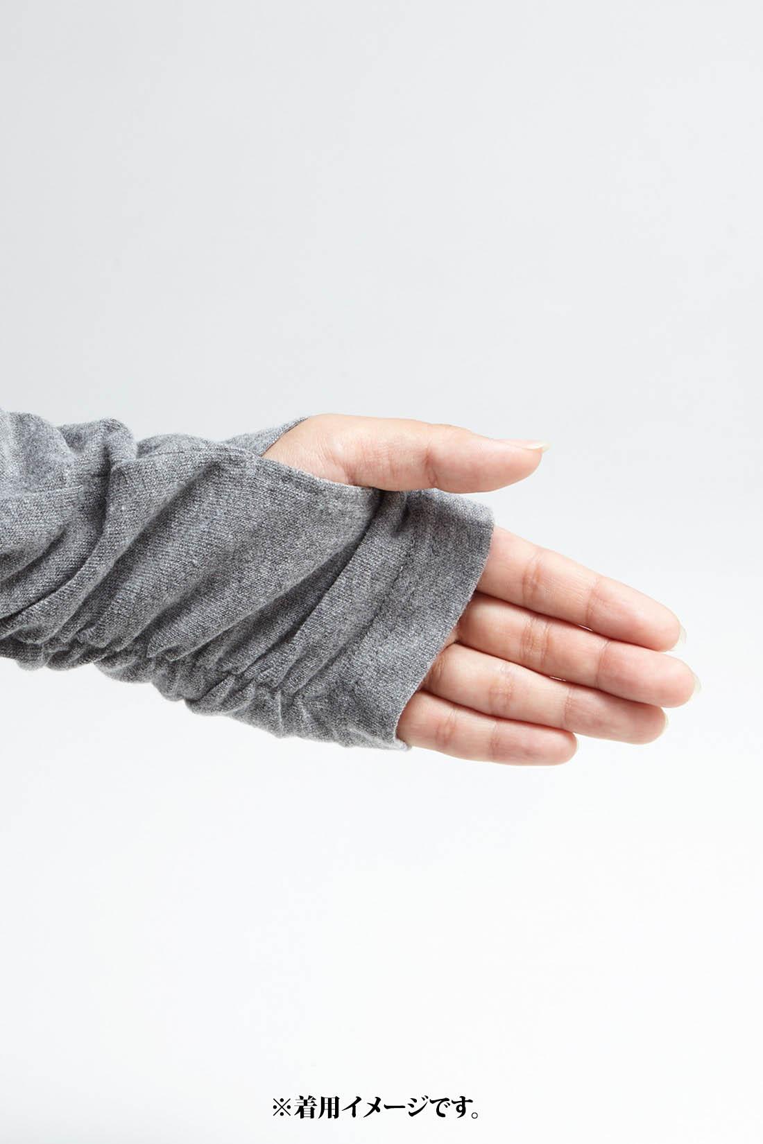 親指スリットでかわいく防寒 スリットに指を入れると手の甲まで暖か。くしゅっとした袖口との合わせ技で華奢(きゃしゃ)見え度抜群! ※お届けするカラーとは異なります。