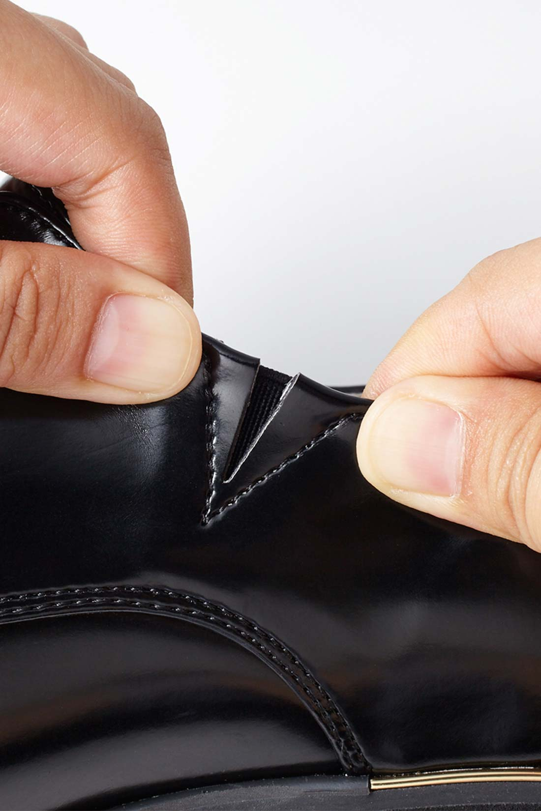 履き口にさりげなくゴムを使用することで脱ぎ履きをスムーズに。