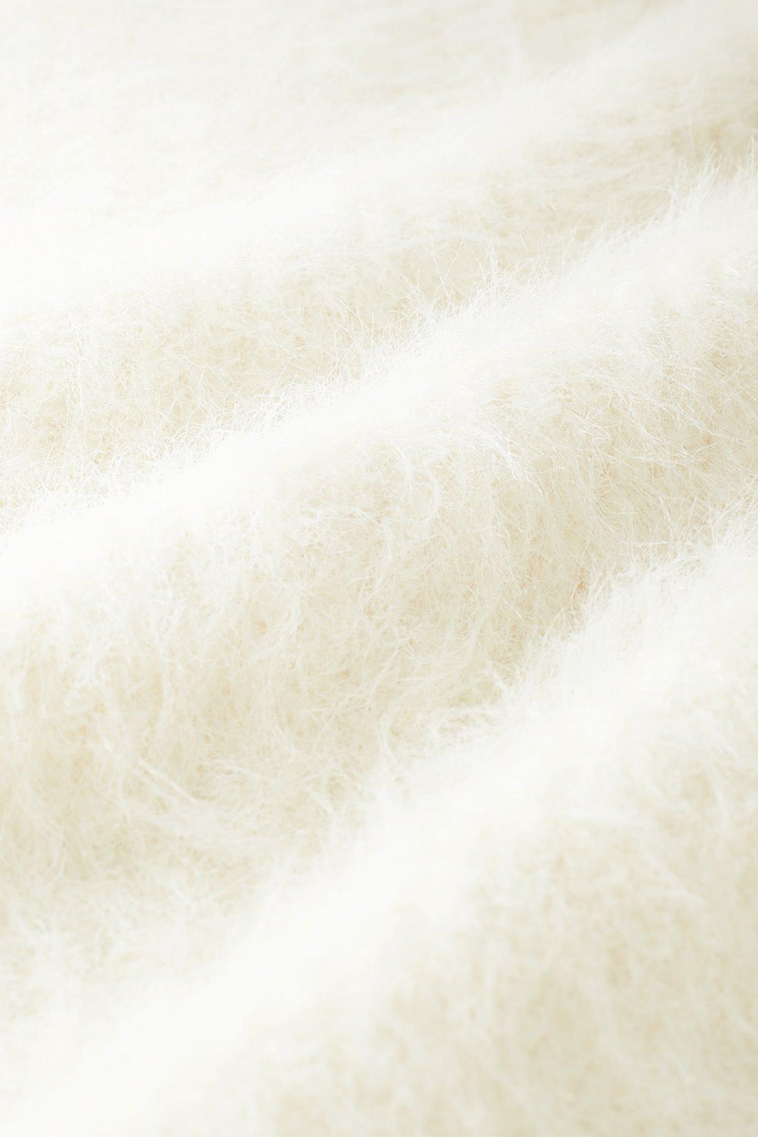 ふんわりヘアリーヤーン 毛足が長めのふんわりとしたヘアリーな素材感です。着心地抜群のヘアリーヤーンは、ぬくもりもたっぷり。片あぜ編みなので肉感もありとても伸びやかです。