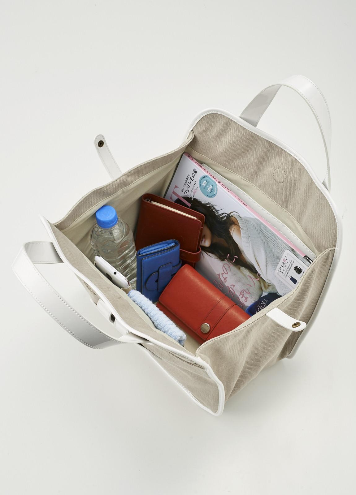 マグネット開閉式。がばっと開いて荷物の出し入れがしやすい。A4サイズもらくらく入ります。