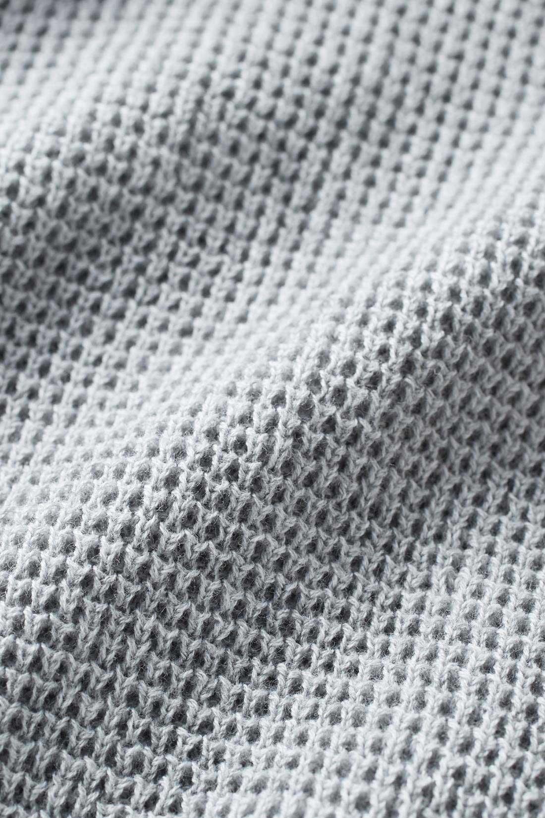 サーマル素材とは? サーマルとは本来「熱の」「温度の」などの意味を持つ、表面がワッフル状の凹凸のある編み素材のことで、着用時は凹凸のくぼみに空気を含むため薄手でも保温性にすぐれているのが特徴です。