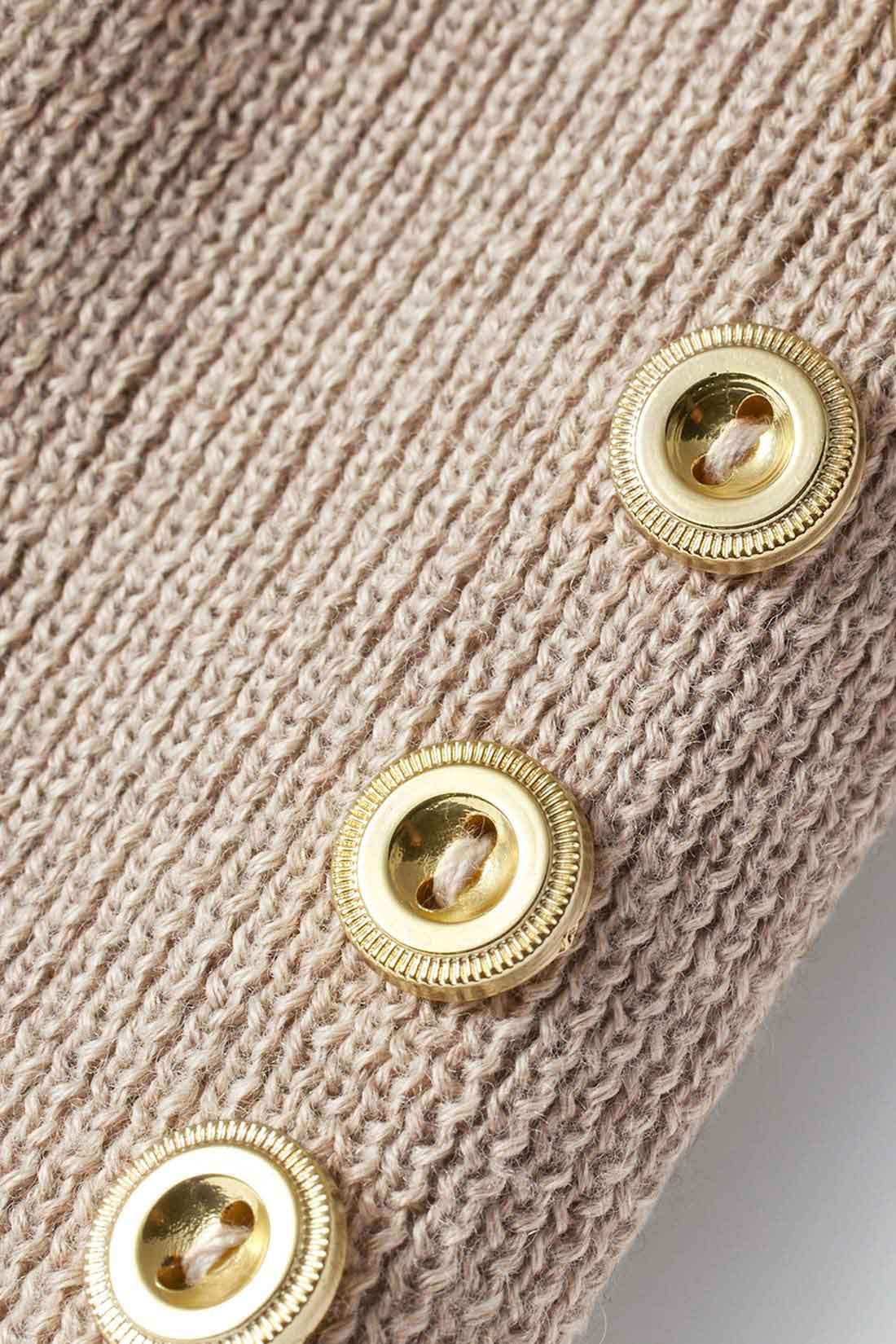 袖にあしらったゴールドボタンがアクセントに。