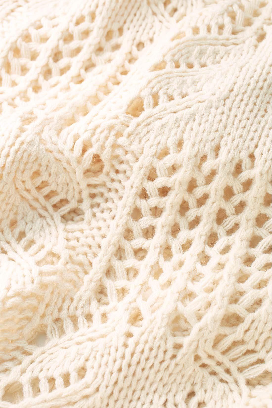 すそをスカラップで仕上げたぜいたくな編み柄は大人っぽい表情。