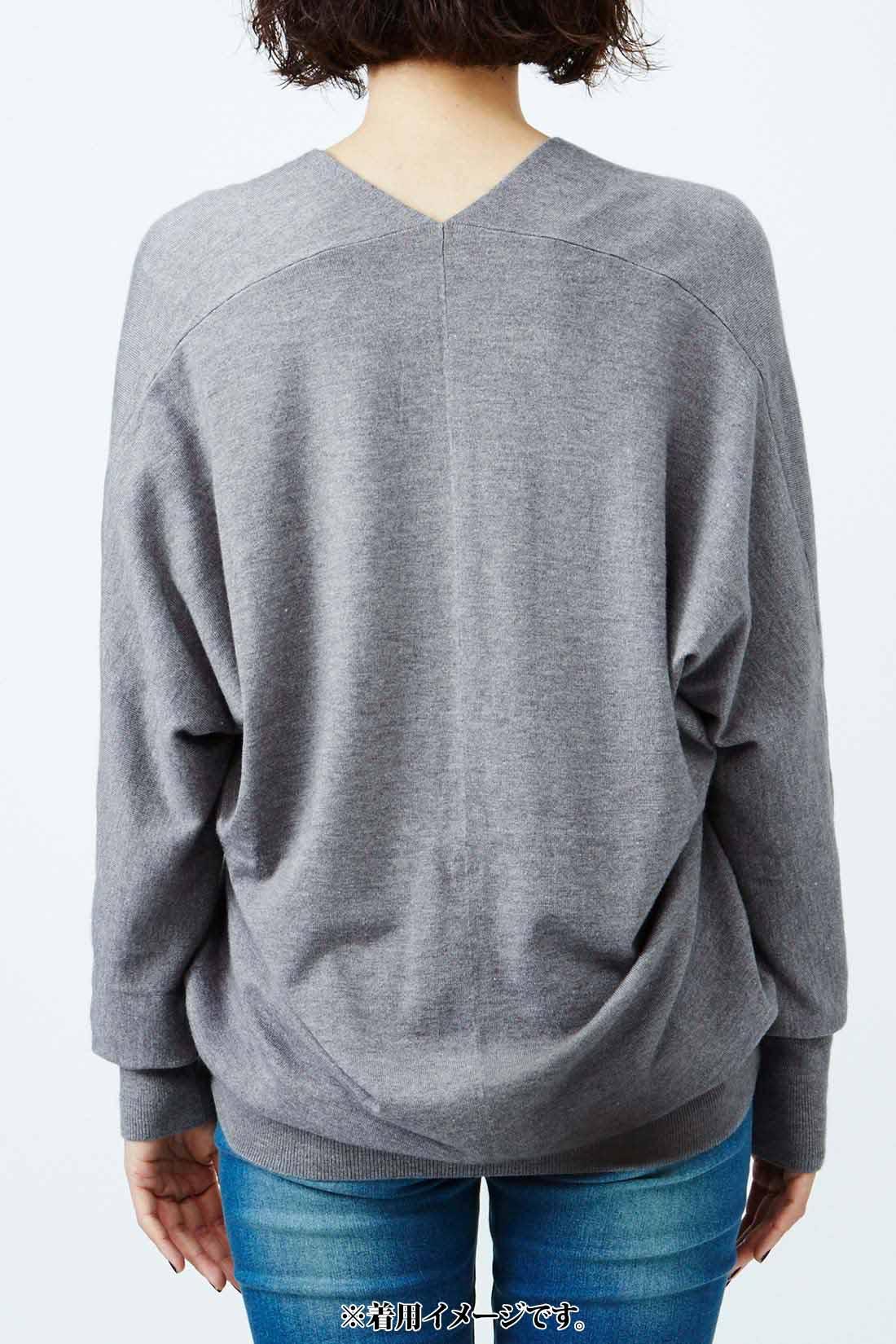 ほどよいドルマンスリーブと開きすぎないVネックが品のよさをキープ。 ※着用イメージです。お届けするカラーとは異なります。