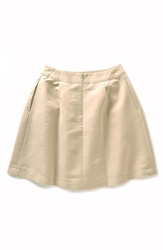 BACK 後ろファスナーを採用。スカートの広がりでおしりが大きく見えないように、後ろのタックは控えめです。