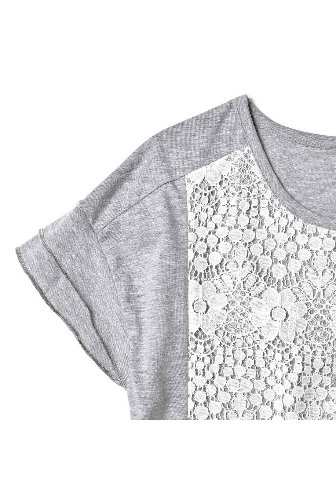 2枚重ねの袖口デザインで、ほどよく甘さと軽やかさをプラス。