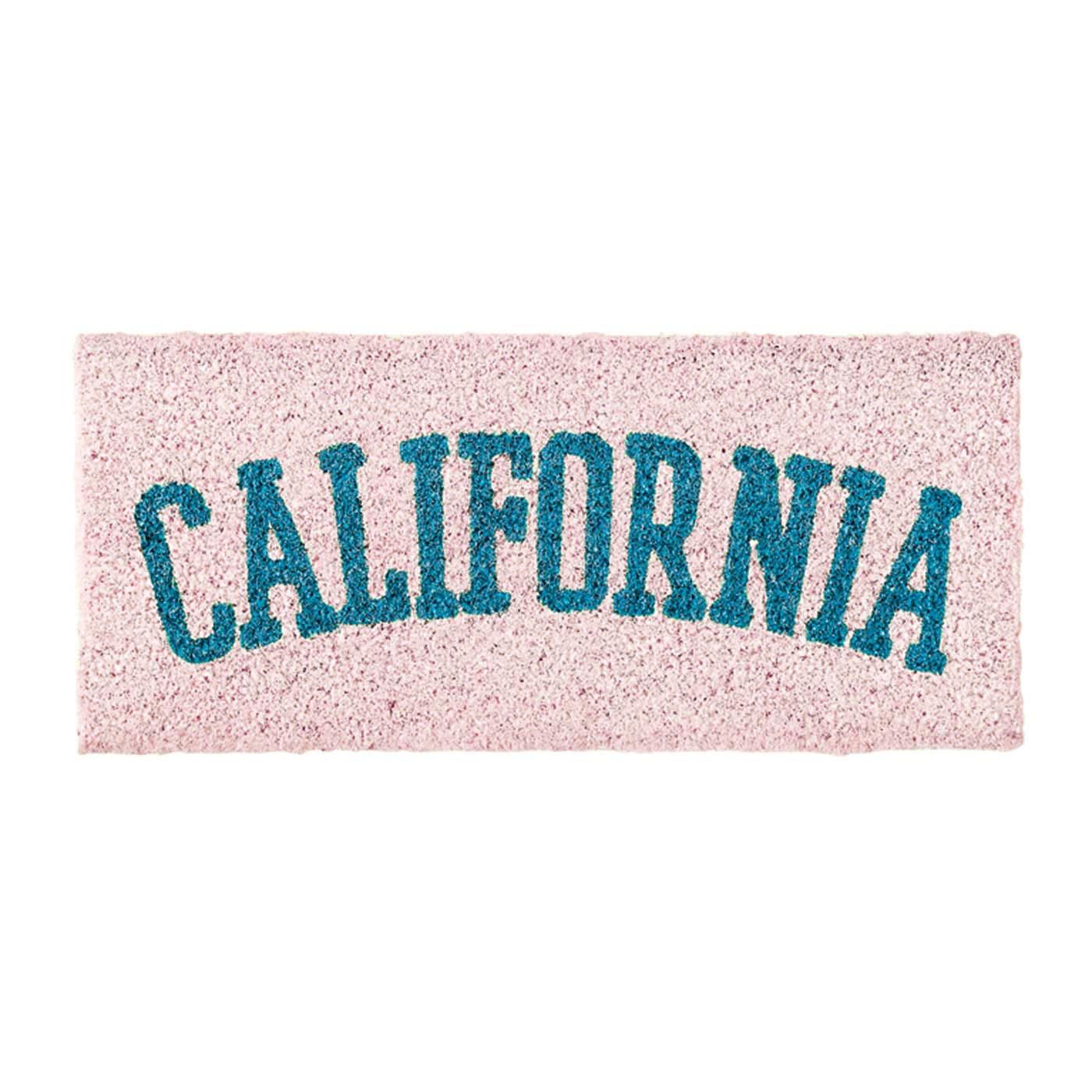 「CALIFORNIA」のタイポグラフィー。硬いココヤシ繊維は、砂や泥などの汚れを落としてくれます。