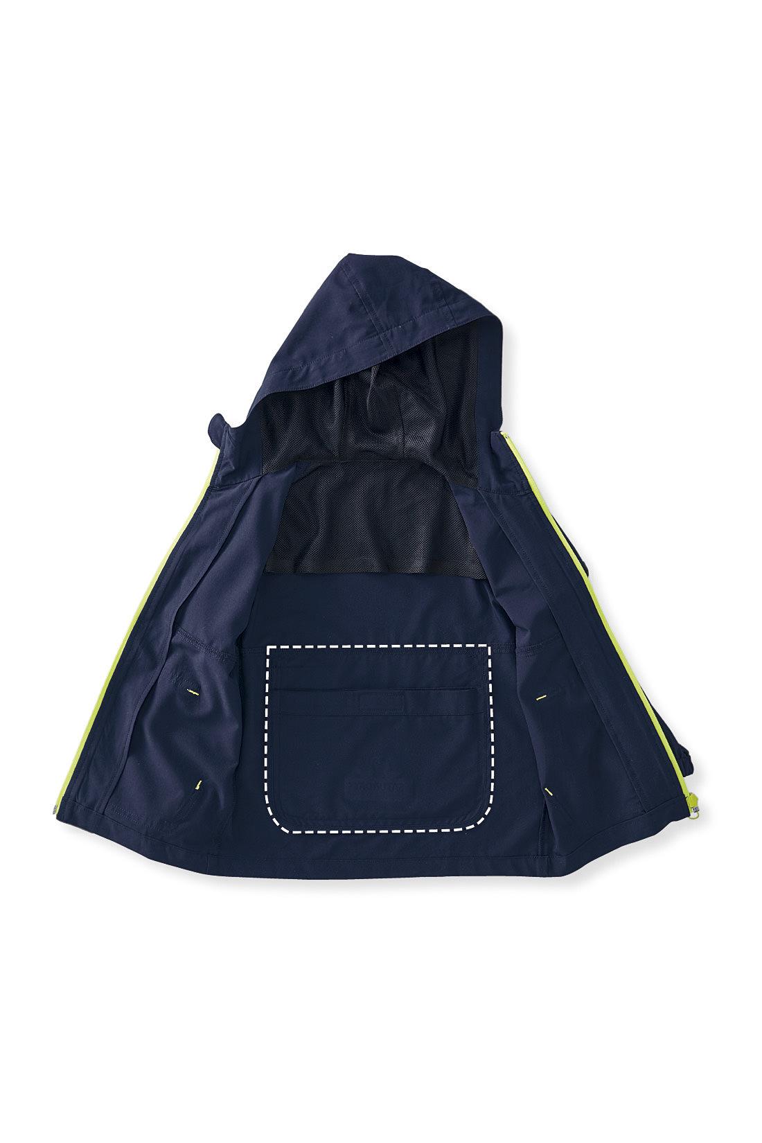 フード内側と背裏にはメッシュの裏地付き。汗をかいてもベタつかない!ポーチはブルゾンと一体型だから、なくす心配ナシ。