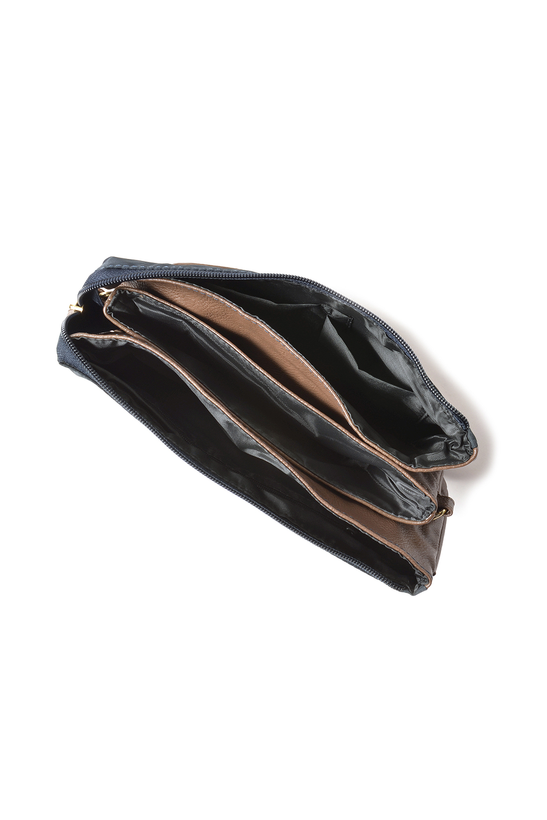 充実のポケットや間仕切りで整理して入れやすく、探すのも見つけるのもサッとスマート。