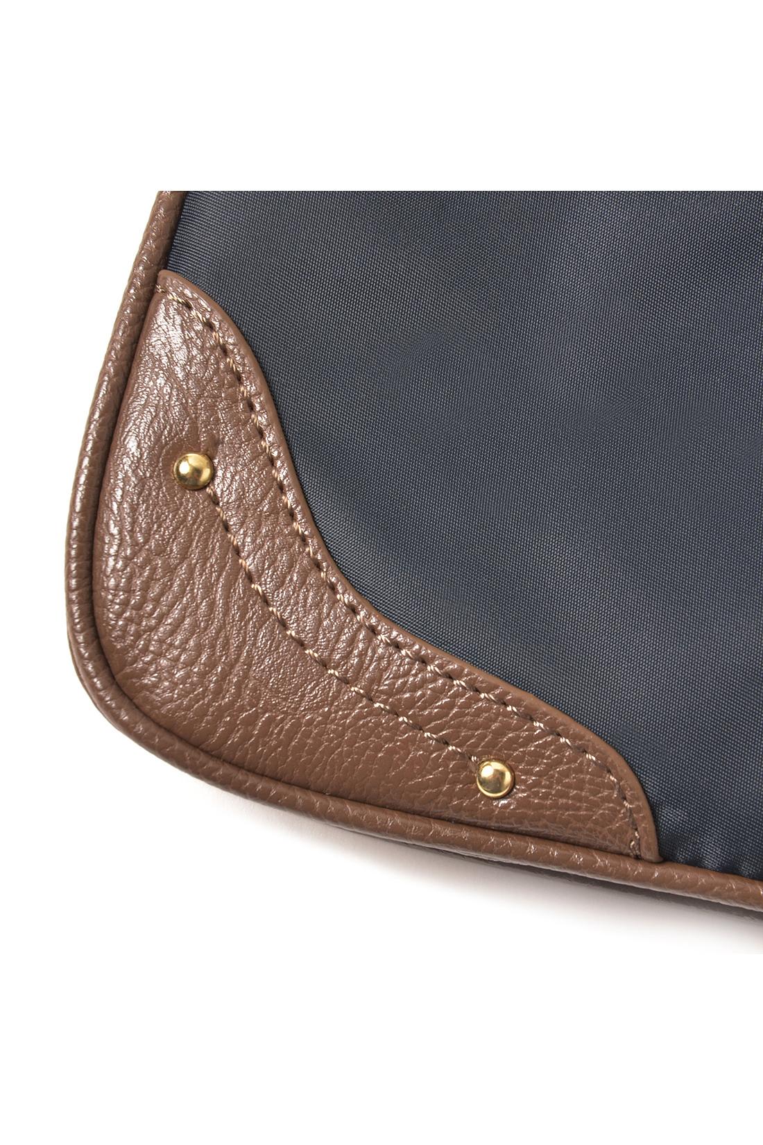 ナイロンと合皮のバイカラーデザイン。計量で、汚れもサッとふき取ればOK。