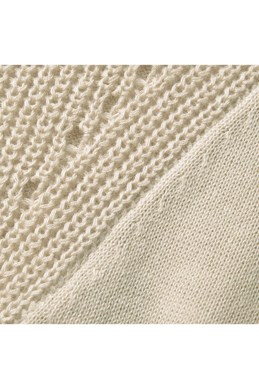 二種類の編み地切り替えがこなれモードの仕掛け。