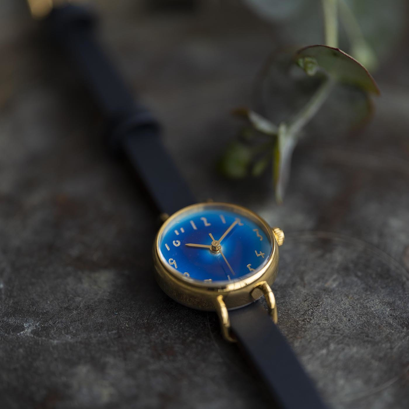 金沢の時計職人が手掛けた 藍月に見惚れる腕時計〈紺青色〉[時計:日本製]