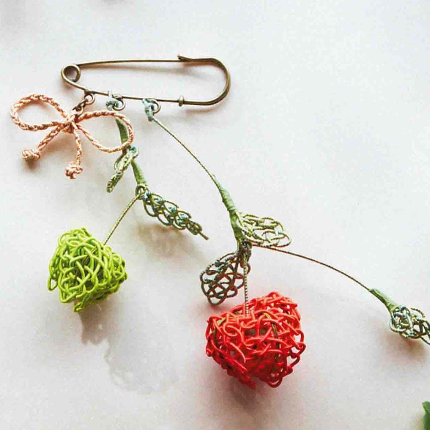 装い華やぐ和洋の花々 伝統をモダンに結ぶ水引アクセサリー