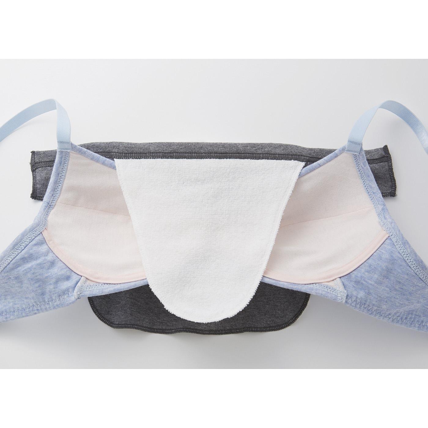 綿パイル生地を肌側に、滑らかな生地をブラの外側に出して、ブラに挟み込むだけで装着完了。