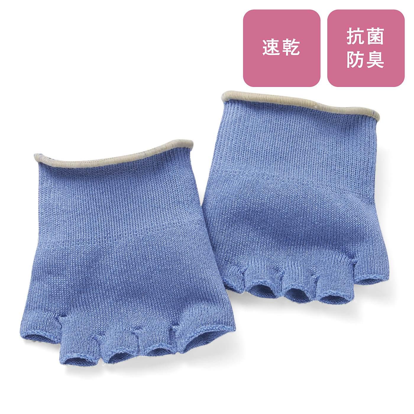むれやすい足裏とサンダルにふれて汗をかきがちな足の甲をしっかりカバー。汗がたまりやすい指のまたにも気持ちよくフィット。