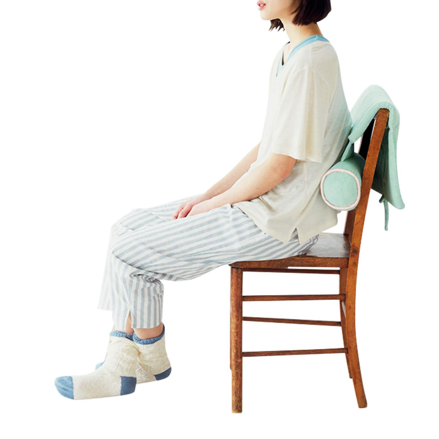 まくら以外にも使い方いろいろ。いすの背もたれに掛けて。筒部分で腰をサポート。