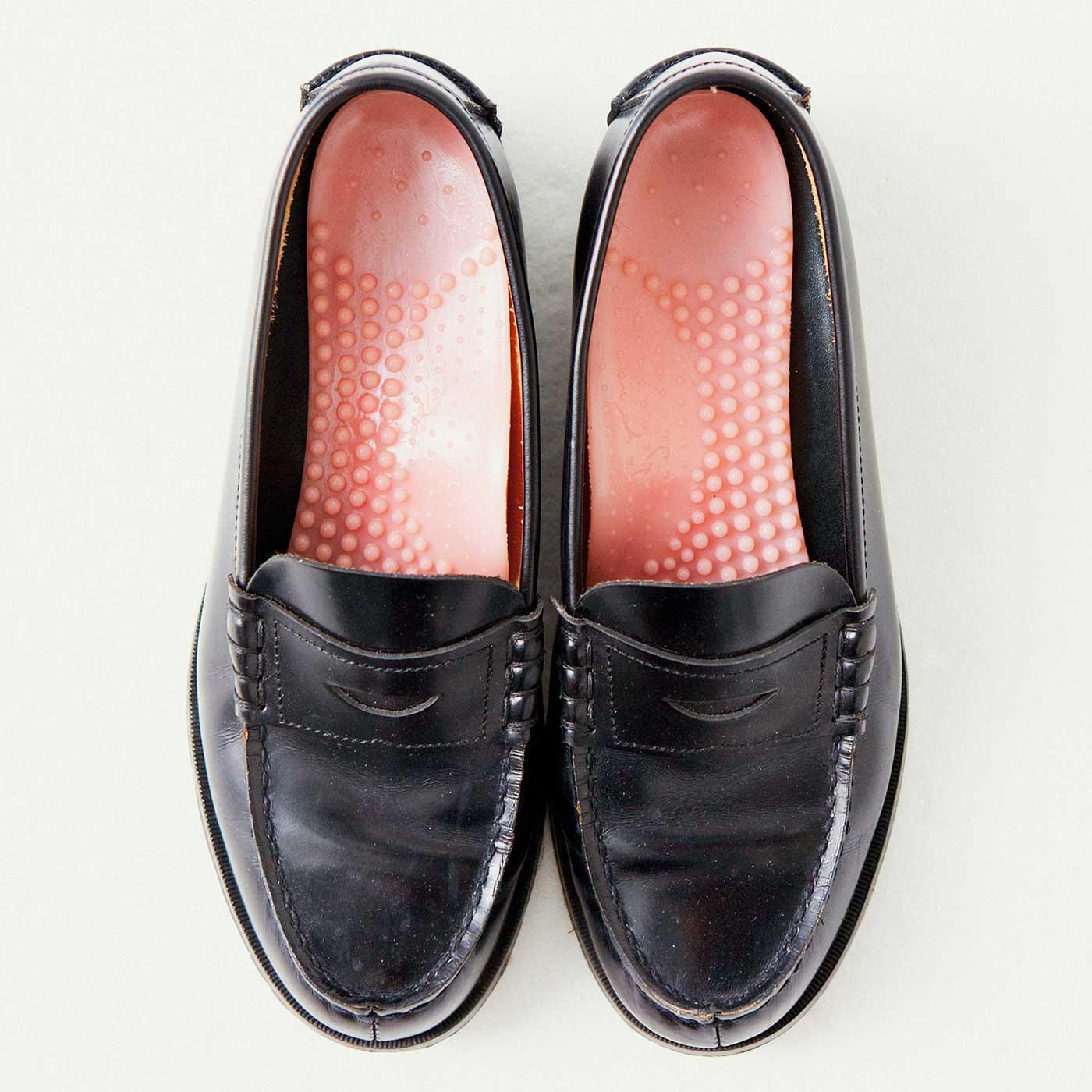 これは参考画像です。靴のかかと側に合わせて敷くだけ。いろいろな形、サイズの靴に対応。
