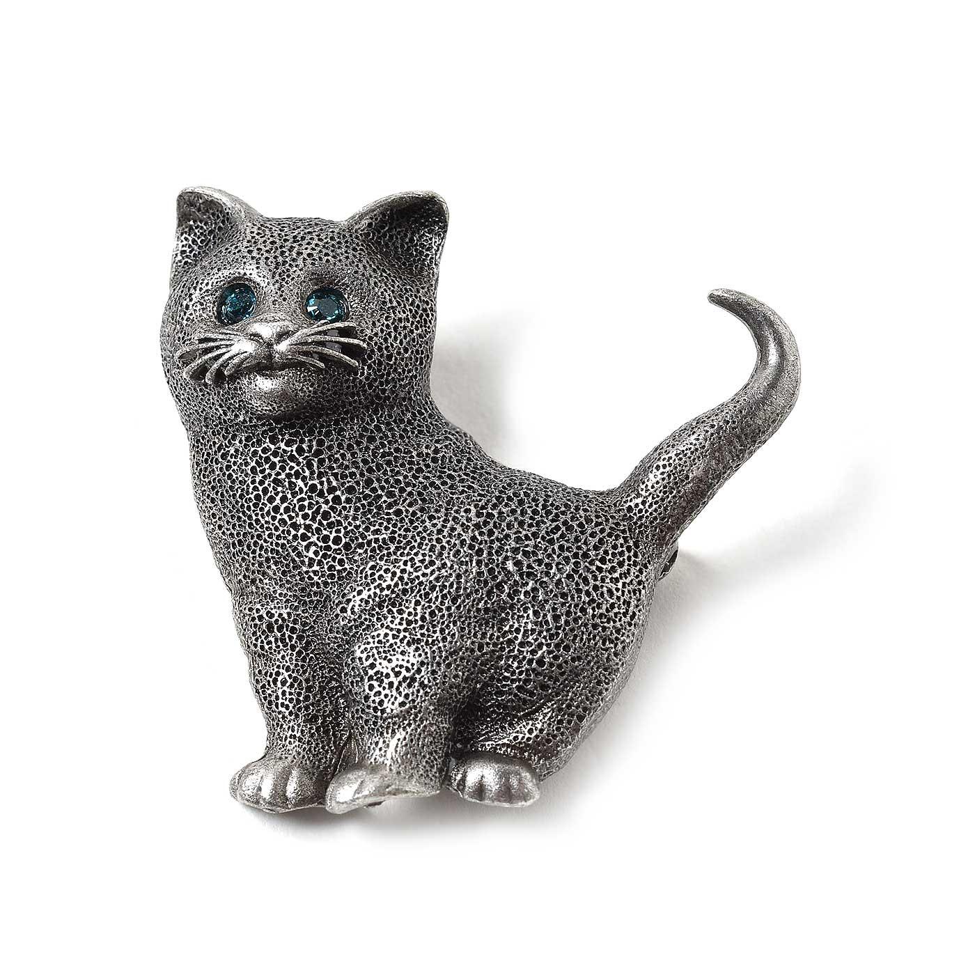 青いガラスがはめ込まれた子猫のブローチは大きな目なのでかばんなどに着けても素敵です。