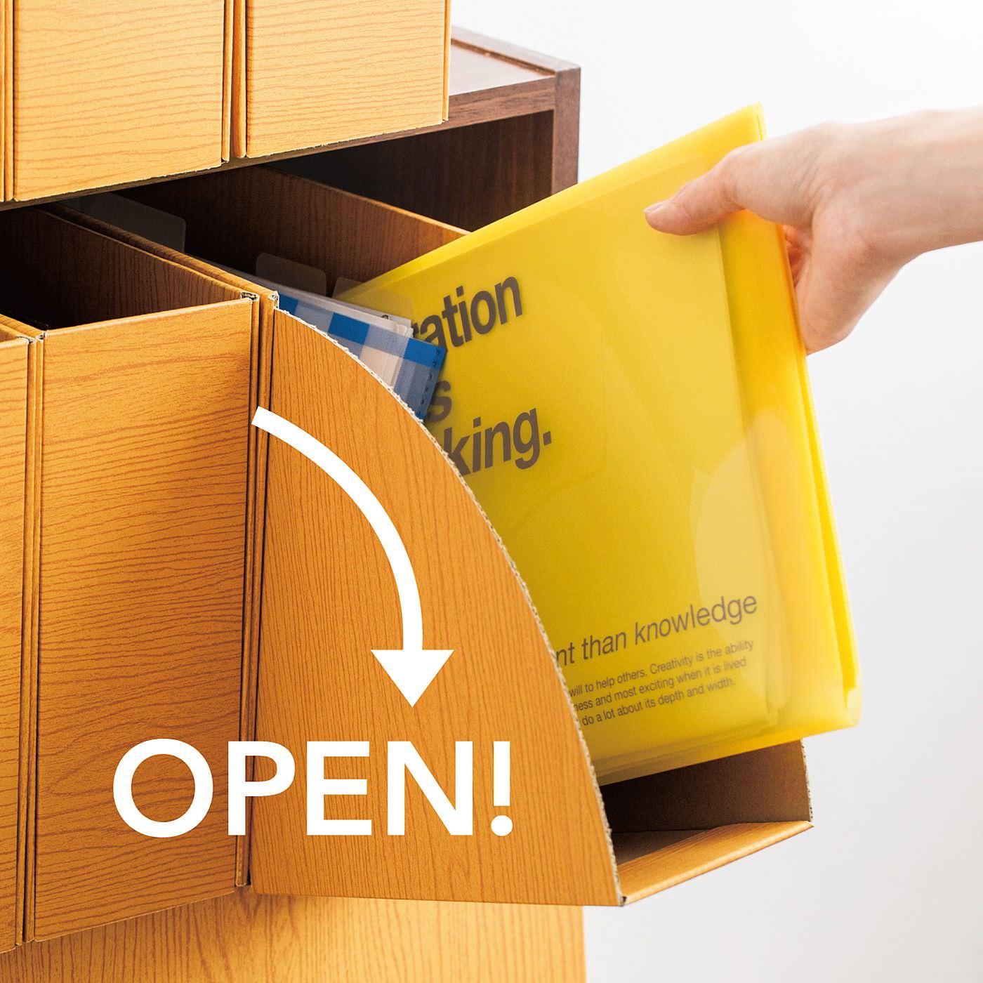 これは参考画像です。前面が開くから、ボックスを棚から取り出すことなく中のものを取り出せます。