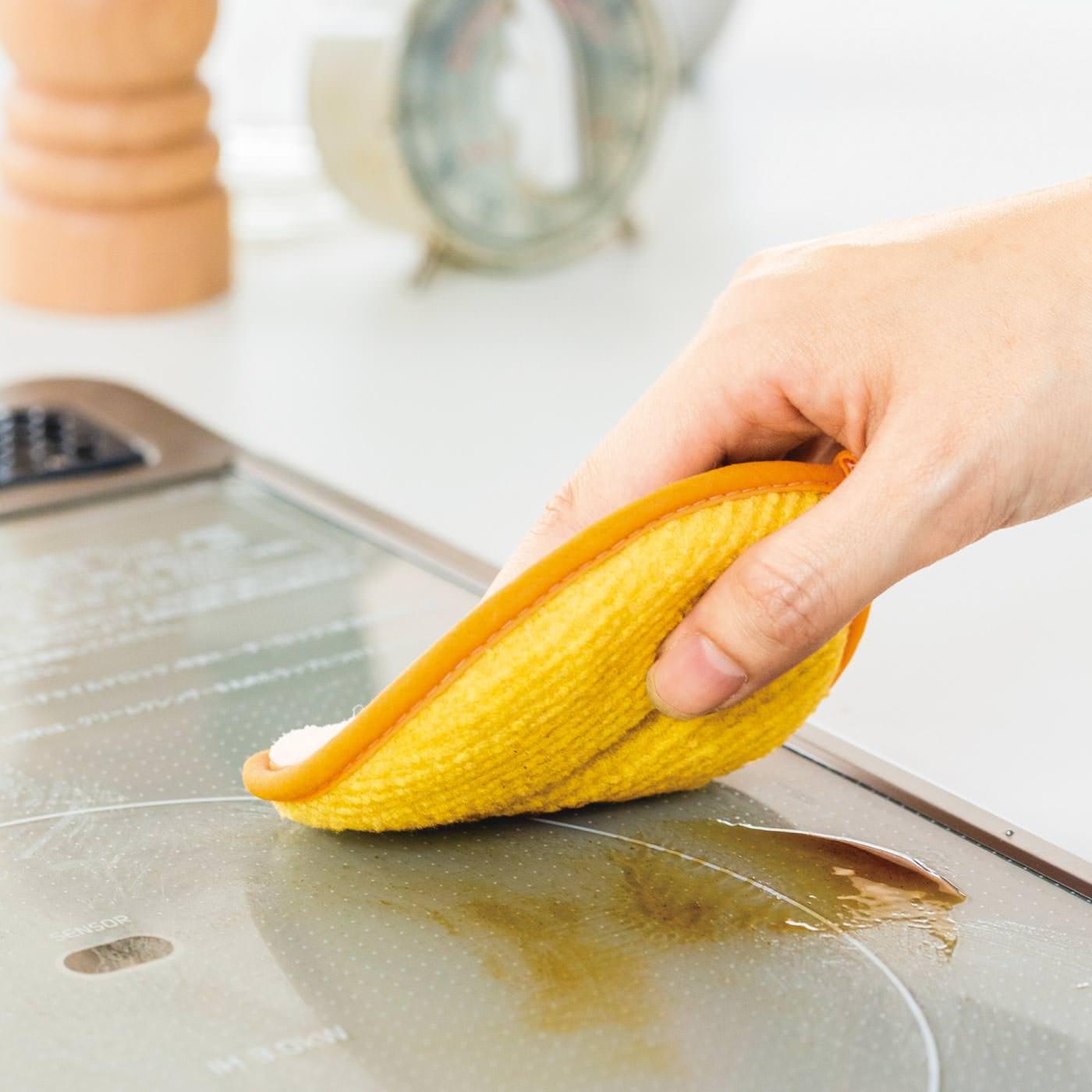 簡単な油汚れなら、クロス表面のアクリル素材を使って水だけでササッ。