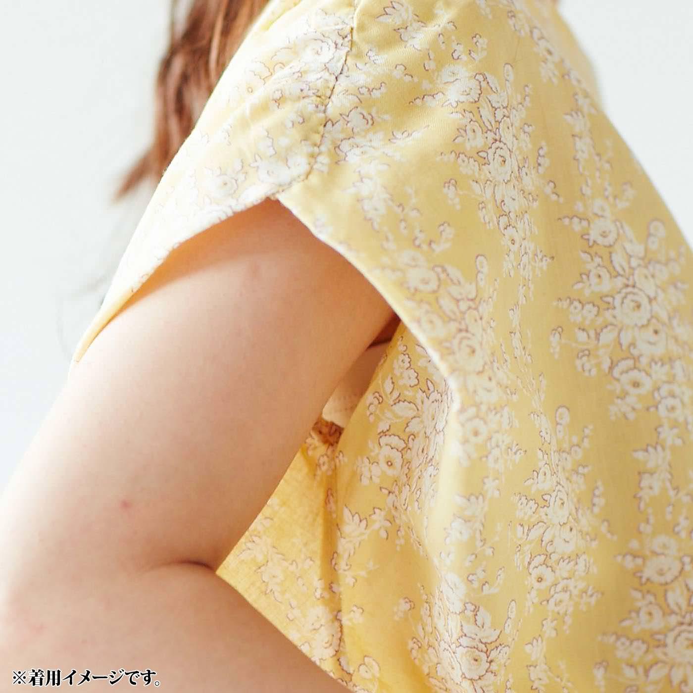 これは参考画像です。肩をしっかり覆う折り返しパターンは、ブラやインナーが見えにくい工夫。