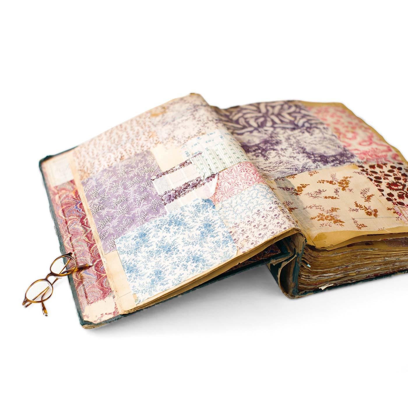 1850年前後にフランスで作られたテキスタイルブックから、繊細で美しい花柄を復刻しました。