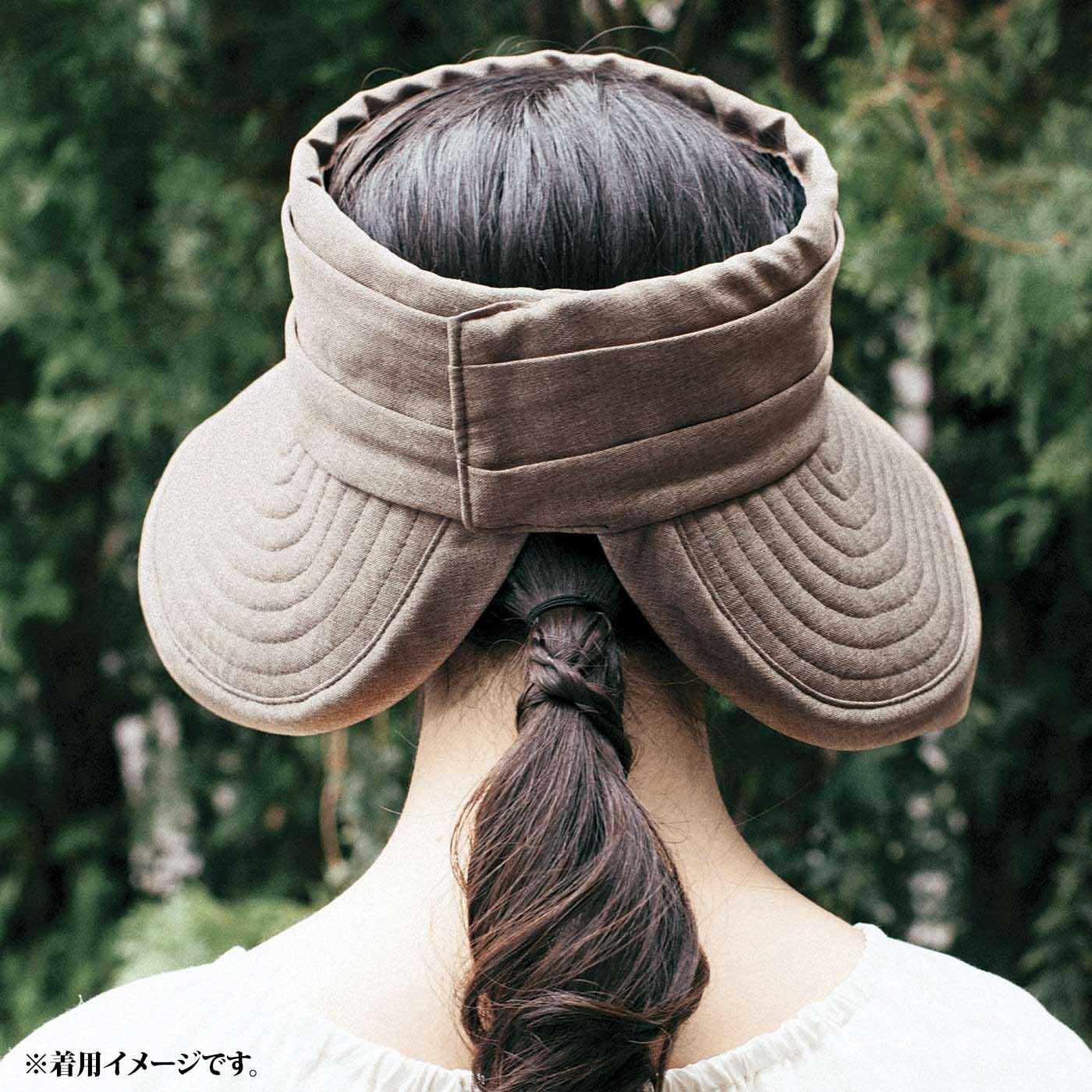 これは参考画像です。後ろのつばが開いているので低めの位置のポニーテールやおだんごヘアが出せる。