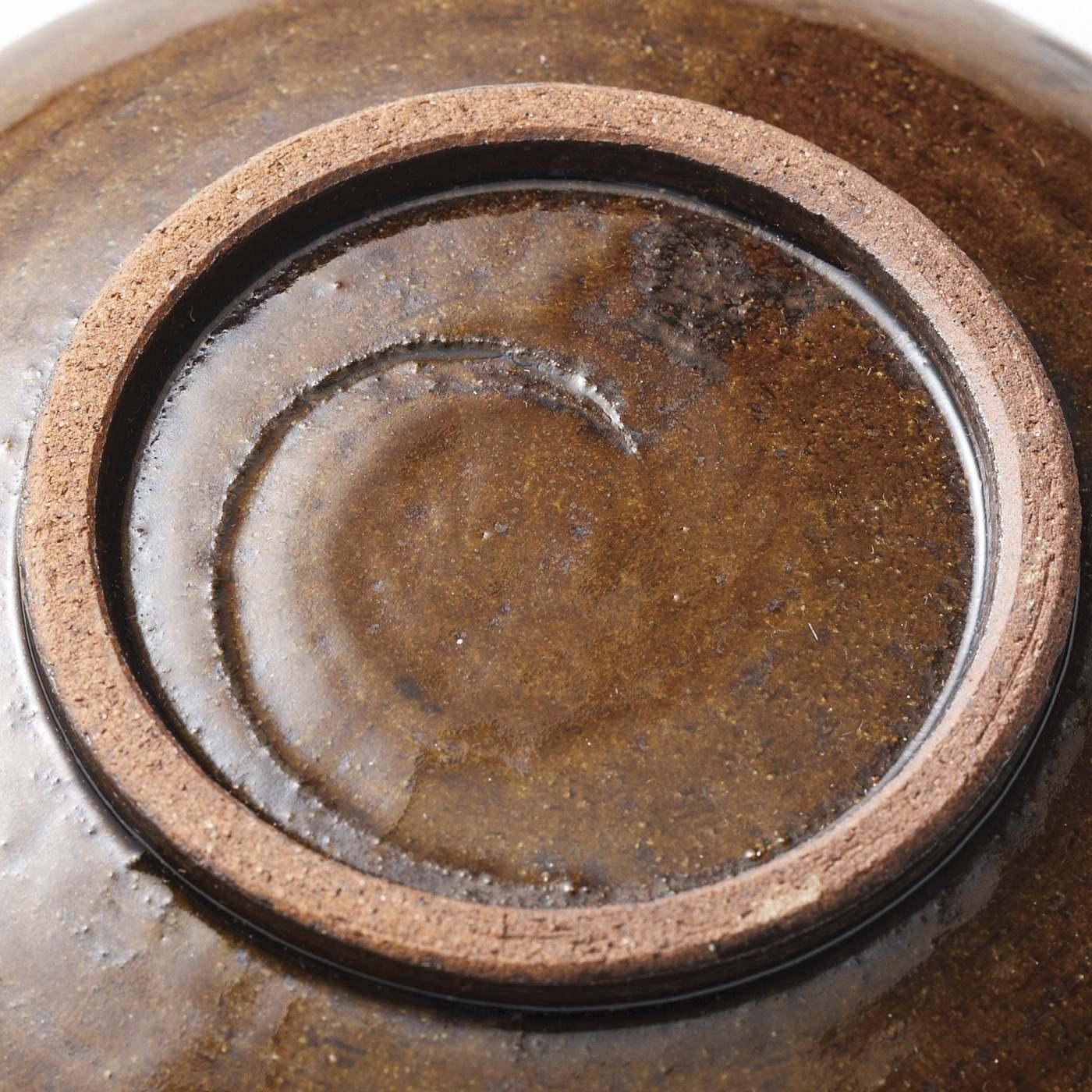 手のぬくもりを伝える皿底の「カンナあと」はより滑らかになるように、ひとつずつ手作業で高台を削った証。
