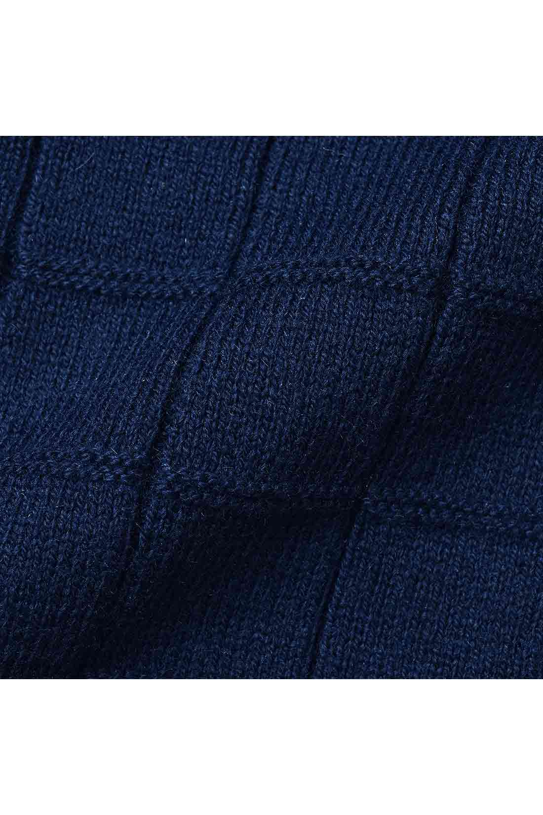 きれいめの編み地が美しいハイゲージのニット。インのニットは格子柄で表情があり上品な雰囲気。